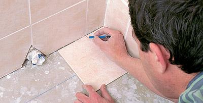 Как наклеить плитку в ванной на пол